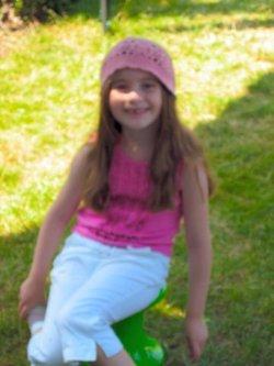 Charlotte_summer_04_pink_hat_in_gar